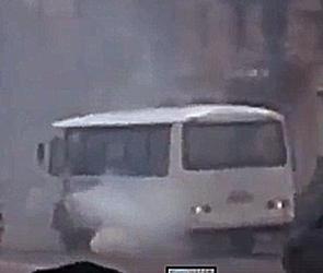 В Воронеже сняли на видео едущий по центру маршрутный ПАЗ в густых клубах дыма
