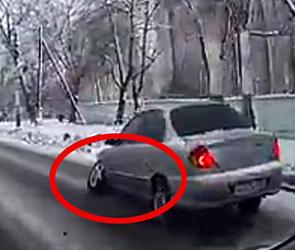 Опубликовано видео, как в Воронеже у иномарки на ходу отлетает колесо