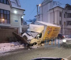 В Воронеже ГАЗель мобильного шиномонтажа снесла забор частного дома