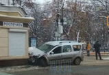 «Лада» столкнулась с автобусом и протаранила киоск на площади Ленина в Воронеже