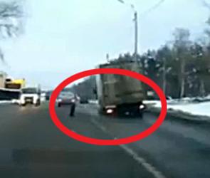 Появилось видео, как в Воронеже у грузовика на полном ходу отлетает колесо