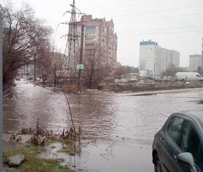На левом берегу Воронежа на дороге образовалось огромное опасное «озеро» – фото