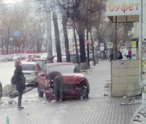 В центре Воронежа иномарка вылетела на тротуар