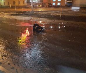 Воронежские автомобилисты жалуются на огромную яму на улице Шишкова