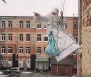 Деда Мороза-скалолаза сняли на видео в Воронеже