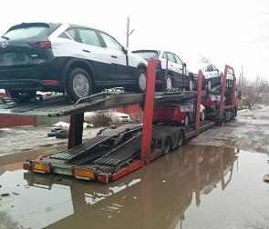 Появились фото и видео с автовозом, застрявшим в огромной луже и ямах в Воронеже
