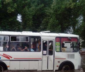 В воронежском автобусе №10А из-за резкого торможения серьезно пострадала женщина