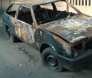 В Северном микрорайоне Воронежа рано утром загорелись пять машин