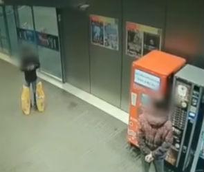 На видео попал момент кражи барсетки с документами в торговом центре Воронежа