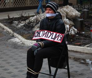 В центре Воронеж в честь Дня конституции посадили связанного человека - фото