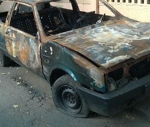 В Воронеже с разницей в час сгорели автомобиль и мотоцикл