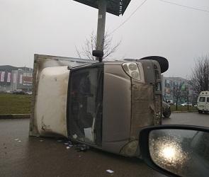 ГАЗель упала на бок на Бульваре Победы в Воронеже