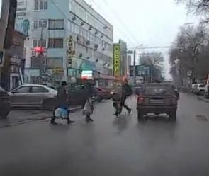 В Воронеже ВАЗ сбил мужчину и прокатил его на капоте: ДТП попало на видео