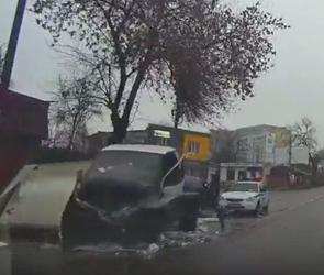 Два человека ранены в страшном ДТП с ГАЗелью и иномаркой в Воронеже - видео