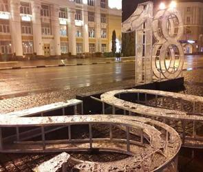В центре Воронежа ветер повалил огромную световую конструкцию «2018», фото