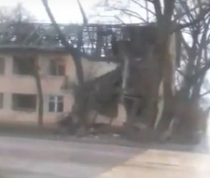 В Воронеже прямо на тротуар рухнул аварийный дом
