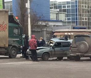 На левом берегу Воронежа легковушка врезалась в грузовик