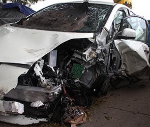 На воронежской трассе на скорости перевернулся Рено Логан, два человека ранены