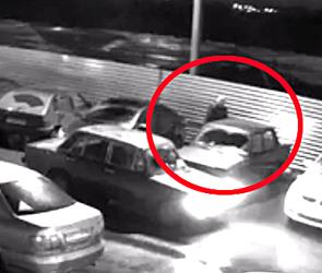 Появилось видео кражи бензина из машины на парковке жилого комплекса в Воронеже