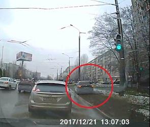 На видео попал «северный олень», превративший газон в дорогу в Воронеже