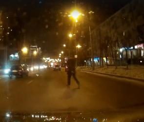 В Воронеже сняли на видео пешехода, который шел прямо в поток автомобилей