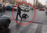 На видео попала драка пешехода и автомобилиста у «Линии» в Воронеже