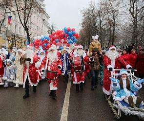 Опубликованы фото с парада Дедов Морозов и Снегурочек в Воронеже
