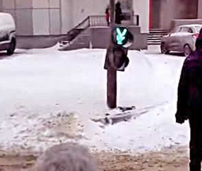 В Воронеже на улице Дундича в результате аварии перевернулся светофор - фото