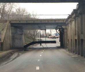 Очевидцы: в Воронеже на улице Землячки рухнула нижняя часть моста