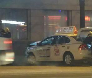 Такси и две легковушки столкнулись в центре Воронежа: есть пострадавшие