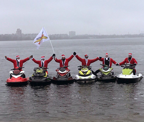 В Воронеже на водохранилище Дед Морозы устроили шоу на гидроциклах - видео
