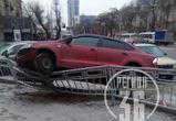 В Воронеже иномарка «взлетела» на ограждение после ДТП