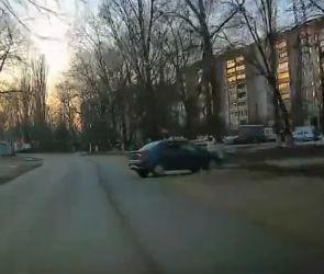 На видео попала машина без водителя, выехавшая на дорогу в Воронеже