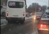 Выехавшая на встречную полосу в Воронеже маршрутка попала на видео