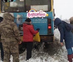 Под Воронежем пенсионерам пришлось толкать большой автобус, застрявший в снегу