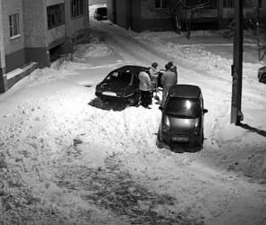 На видео попала драка воронежских водителей из-за парковки во дворе