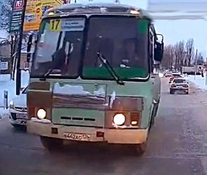 Полиция Воронежа ищет водителя ПАЗа, ехавшего с пассажирами по встречке (видео)
