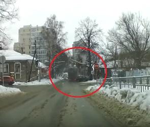 Фура без тормозов врезалась в авто в Воронеже и скрылась: появилось видео ДТП