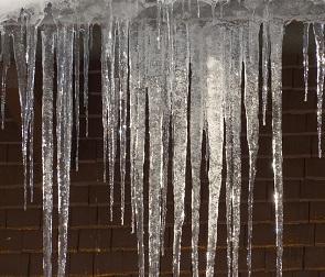 Воронежцев предупреждают о сходе снега и сосулек с крыш
