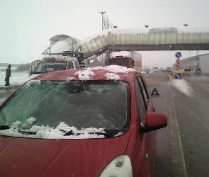 В Воронеже снег, упавший с надземного перехода, проломил крышу движущейся машины