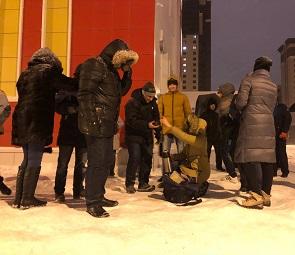 Воронежцы вторую ночь подряд дежурят у стен элитной школы №102