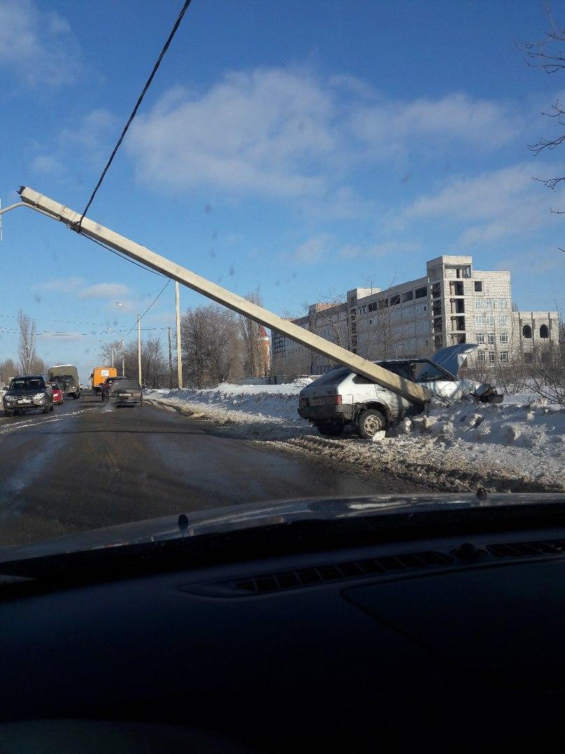 На улице Острогожской ВАЗ повалил столб и заблокировал движение