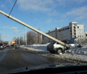 «Родился в рубашке»: на видео попал момент падения столба на улице Острогожской