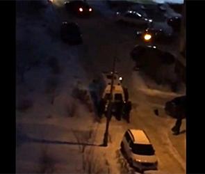Появилось видео, как воронежцы вытаскивают машину скорой помощи из сугроба