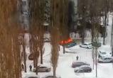 Полыхающая в воронежском дворе шведская иномарка попала на видео