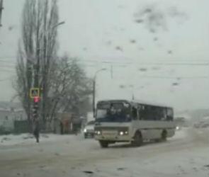 Воронежцы: водитель ПАЗа высадил людей посреди оживленного перекрестка
