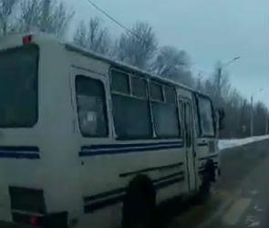 В Воронеже ПАЗ «пролетел» по встречке, не пропустив пешехода