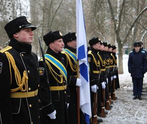 В Воронеже на школе №85 установили мемориальную доску в честь летчика Филипова