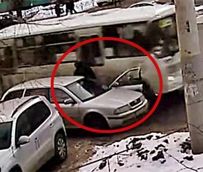 В Воронеже ПАЗ на скорости снес дверь Шкоды, чудом не убив водителя (видео)
