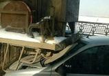 На видео сняли, как на Северном мосту легковушка влетела под машину дорожников